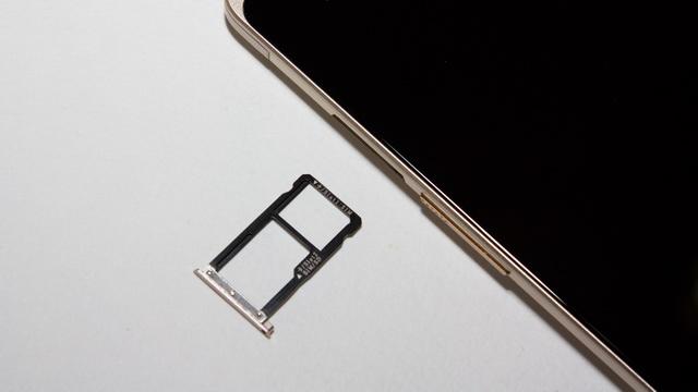 ZTE Axon Elite Review - SIM slot